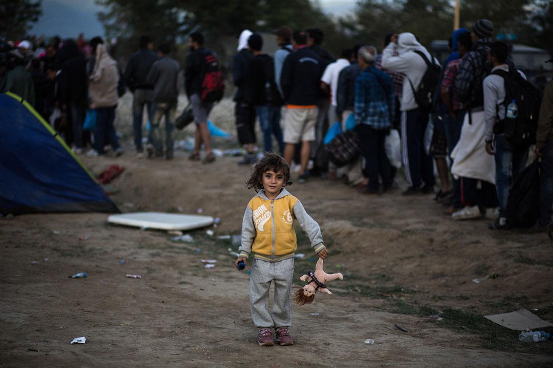 Refugees and migrants gather outside the Greek-FYROM borders in order to pass to FYROM so they can continue their trip to Central Europe through the Balkans, near Idomeni village on September 7, 2015. / Πρόσφυγες και μετανάστες συγκεντρώνονται στα σύνορα Ελλάδας - FYROM με σκοπό τη συνεχιση του ταξιδιού τους προς την Κεντρική Ευρώπη μέσω των Βαλκανίων, κοντά στο χωριό Ειδομένη, 7 Σεπτεμβρίου, 2015.