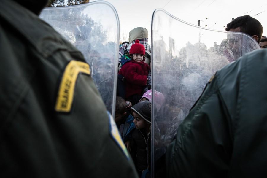 Χιλιάδες πρόσφυγες περιμένουν απο τις αστυνομικές αρχές να τους επιτρέψουν να περάσουν απο τα σύνορα Ελλάδας-πΓΔΜ, στην Ειδομένη, 3 Δεκεμβρίου 2015. Φωτογραφία: Κωνσταντίνος Τσακαλίδης / SOOC