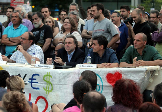 Ο Γιώργος Κατρούγκαλος, με τους Δ. Καζάκη, Ε. Τσακαλώτο, Γ. Βαρουφάκη, μιλούν στους «Αγανακτισμένους» στην Πλ. Συντάγματος.