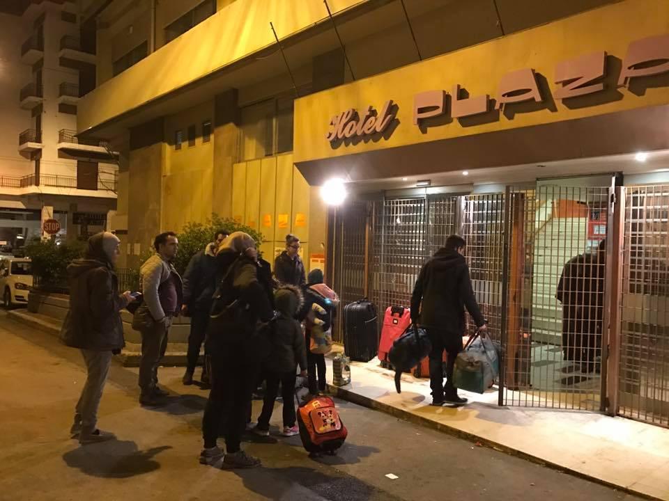 Φωτογραφία που ανήρτησε στα κοινωνικά δίκτυα ο χώρος στέγασης προσφύγων City Plaza, με πρόσφυγες που είχαν μεταφερθεί από την εκκενωμένη κατάληψη του Δρακοπουλείου στην Πέτρου Ράλλη να ζητούν φιλοξενία.