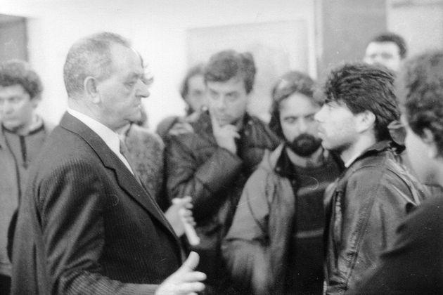Ο αττικάρχης Νίκων Αρκουδέας αντιμέτωπος με τον φοιτητή του ΕΜΠ, Χρήστο Καραμάνο, στον προθάλαμο του υπουργικού γραφείου της οδού Μητροπόλεως (7/12/1987) |φωτ. Τ. Κωστόπουλος