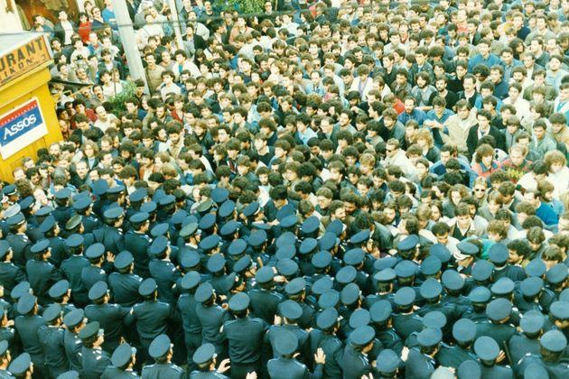 Οδός Σταδίου, 13/11/1987. Η κεφαλή του πανελλαδικού συλλαλητηρίου συγκρούεται με τον αστυνομικό φραγμό στο ύψος της Κολοκοτρώνη