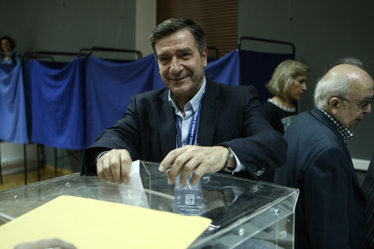 The mayor of Athens and candidate Giorgos Kaminis votes for the1st round of elections for the presidency of the Central-Left Political Movement, in Athens, on November 12, 2017 / Ο Δήμαρχος Αθηναίων Γιώργος Καμίνης ψηφίζει στον 1ο γύρο ψηφοφορίας για την εκλογή του νέου προέδρου της Κεντροαριστεράς, στην Αθήνα, στις 12 Νοεμβρίου, 2017