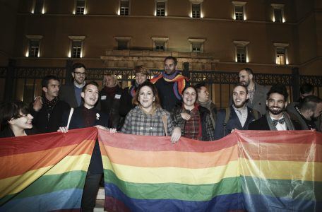 Members of the LBGT community in Greece celebrate outside the parliament after the civil partnership expansion to same sex couples bill was passed, in Athens, on Dec. 22, 2015 / Μέλη της LGBT κοινόνητας της Ελλάδας πανηγυρίζουν μετά την ψήφιση της επέκτασης του συμφώνου συμβίωσης και στα ομόφυλα ζευγάρια, στην Αθήνα, στις 22 Δεκεμβρίου, 2015