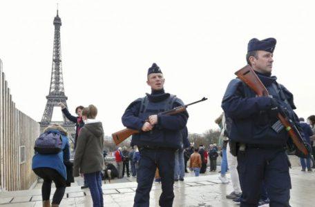 french_soldiers_patrol_eiffel_tower_reuters_rts6zju