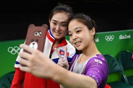 Ολυμπιακοί του Ρίο και εμβληματική selfie για τις γυμνάστριες Βόρειας και Νότιας Κορέας.
